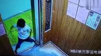 熊孩子多次强行扒开电梯门 最后还在电梯内撒尿