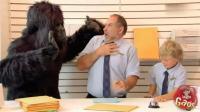 爆笑恶作剧: 熊孩子拿玩具吓唬人, 大叔一转身真出现头大猩猩!