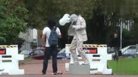 贱贱的雕塑突然动了起来, 追着路人跑, 路人们的反应都很可爱啊!