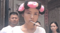"""民间艺人模仿""""功夫""""片段, 这是我见过的最年轻最美的包租婆!"""