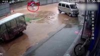 惊魂! 暴雨后路面积水 2女孩掉进暗坑险丧命