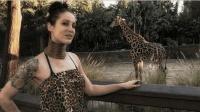 女子为出名模仿长颈族戴颈环, 5年颈环取下, 脖子让人很意外!