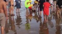 男子不听劝带孩子下海被卷走 百人协力营救