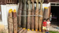 """老挝""""扫雷娘子军""""徒手拆解450斤炸弹, 每日勇敢与死亡相伴"""