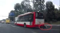 男子边玩手机边骑车 一头撞上公交被卷入车底