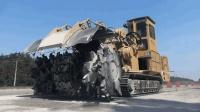 国外凿旧路基动用矿山机器, 1天破碎6739㎡柏油路, 施工场面太暴力