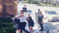 女子进小区被拦扇打保安 保安怒踹其数脚