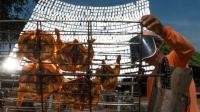 牛人用1000块镜子反射阳光烤鸡, 生意火爆, 阴天怎么办?