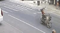 大货车刮断网线 网线绞到摩托车驾驶员脖子