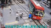 惊险! 大客车避险开上火车道, 护栏刺穿挡风玻璃!