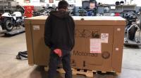 小伙花30万买的宝马摩托终于到货, 拆开包装后才觉得钱花的值了