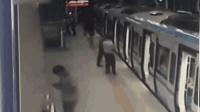 """真""""糊""""了! 男子地铁玩手机麻将 喊完胡了就掉铁轨"""