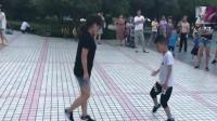 妈妈和儿子广场斗舞, 你们觉得谁更胜一筹呢