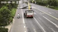 吊车吊臂刮倒路牌 司机收回吊臂后驶离: 我吓懵了