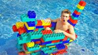 外国小伙用乐高积木搭建小船, 还乘坐在积木小船上, 一起来见识下!