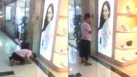 小伙对女明星广告牌虔诚跪拜