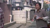 男孩垃圾桶捡剩饭吃,老奶奶看到后不忍心,掏出身上别人送的包子