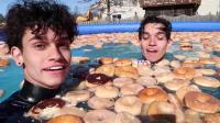 双胞胎男孩用1000个甜甜圈泡澡, 还在里边玩耍, 网友: 我也好想玩!