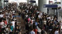 """日本机场淹成""""孤岛"""" 中国游客: """"你们等车吧! 我妈接我回家了"""""""