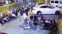 只因停车起争执 看车老人被女子捅伤