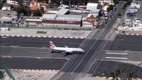 飞机场直接横穿马路, 市民过马路都害怕被撞