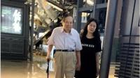 八卦:杨振宁和太太牵手逛街 翁帆长胖不少