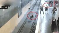男子心情不爽将陌路人推下铁轨走开