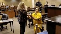 男子穿囚衣法庭向女友求婚: 我有罪罪在疯狂爱上你