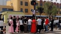 街头又现低俗婚闹 新郎被用胶带绑红绿灯杆上