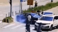 因拖欠工资两男车内打斗 后座男将司机割喉后自杀