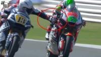 为干扰对手 摩托车手比赛中捏对方刹车
