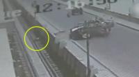 两车迎面相撞 乘客被甩飞一旁轨道不起