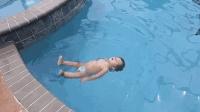 美国年仅一岁女童独自下水游泳 各种花式泳姿惊呆众人