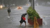 """今晨""""山竹""""登陆菲律宾, 狂风暴雨肆虐, 直奔广东海南而来"""