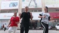 广场舞大妈最爱跳的《厉害了我的国》还能这样跳? 大哥很有自信