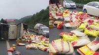 司机疲劳驾驶上高速路侧翻 粮油散落一地