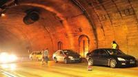 疲劳驾驶太危险货车撞上隧道壁受损严重