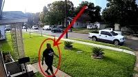 监拍: 这男子真是好身手, 一个健步跃上皮卡车箱才逃过一劫!