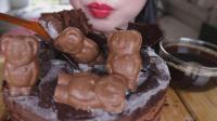 国外吃货小姐姐, 吃巧克力蛋糕, 大口大口吃, 真不怕腻