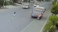 男子骑摩托走神 没戴头盔一头撞向前车身亡