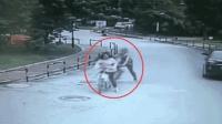 女子撞昏骑车老人 围观几分钟后溜了