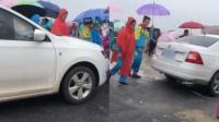 学生排队过马路 女司机车头抵腿蹭出一条路