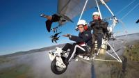 小伙开着小型飞机, 和鸟并肩飞行, 而这件事他坚持了20多年