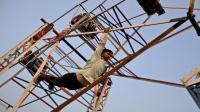 印度连摩天轮都开挂, 无需电力全靠人踩, 是嫌人太多吗?