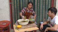农村妈妈给孩子腌制辣椒, 辣椒还没腌制好, 看着就让人直流口水