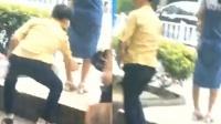 男子公交站当众偷拍女子裙底 之后淡定离开