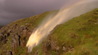 """英国飓风""""吹翻""""瀑布 水逆流飞向天空现彩虹"""