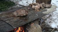 【野餐露营】如何在丛林中分解并用石板烤制猎取的山羊