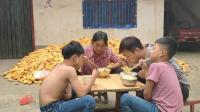 爸给两个孩子做了啥饭? 俩孩子最爱吃的饭, 也是农村最普遍的饭