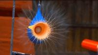 老外实验: 用小球撞击气球中的非牛顿流体, 下一秒画面太美了!
